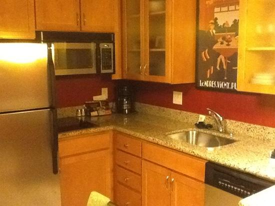 Residence Inn Dulles Airport at 28 Centre: Very nice kitchen!