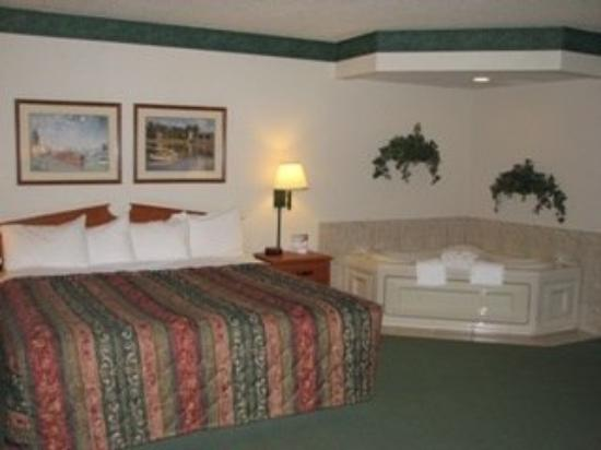 AmericInn Lodge & Suites Manitowoc: Room