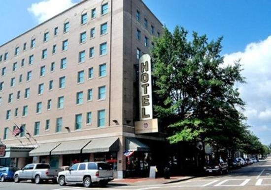 The Governor Dinwiddie Hotel & Suites