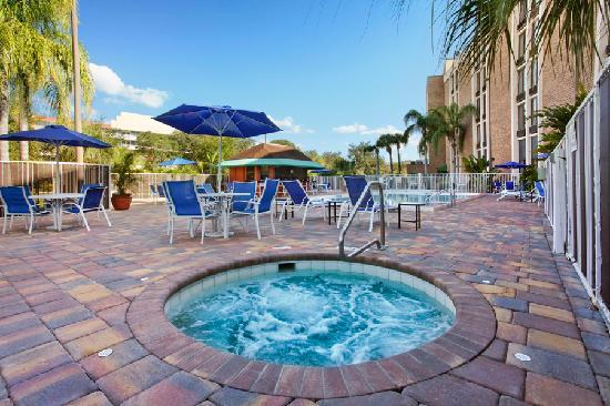 Comfort Inn Maingate: Outdoor hot tub and pool