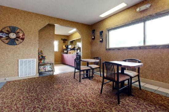 Americas Best Value Inn-Columbus: Breakfast Area