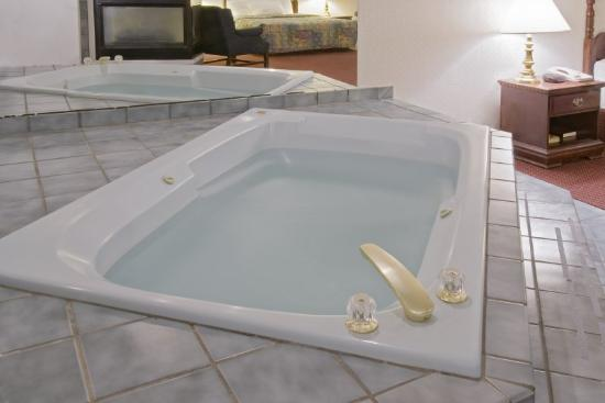 Americas Best Value Inn Show Low: Jacuzzi Suite 2