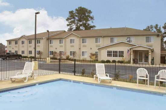 Americas Best Value Inn and Suites: Pool