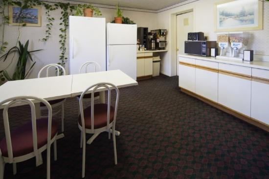 Americas Best Value Inn Winchester: Breakfast Area