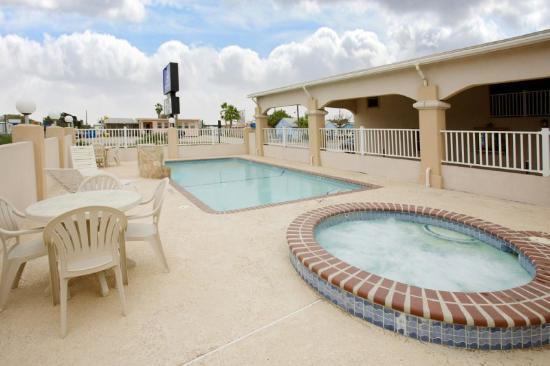 Americas Best Value Inn - Corpus Christi / Port Aransas: Outdoor Pool And Hot Tub