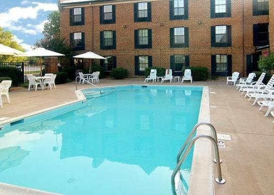 Comfort Inn Hotel Newport News: Pool