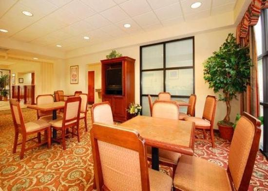 Comfort Inn & Suites: Breakfast Sitting Area
