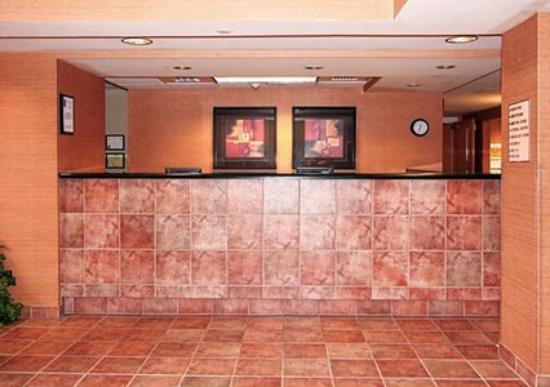 Comfort Inn & Suites - York: Front Desk