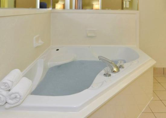 Comfort Inn &amp; Suites: ARKing Jacuzzi Bath