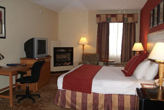 BEST WESTERN PLUS New Cumberland Inn & Suites: King Suite with Jacuzzi & Fire Place