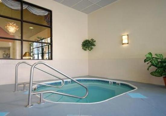 Clarion Inn &amp; Suites Northwest: Pool -OpenTravel Alliance - Pool View-