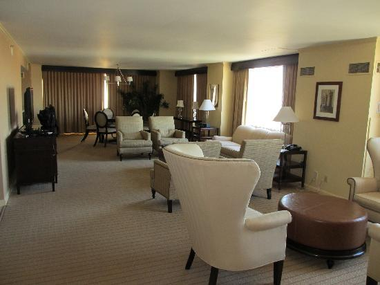 Sheraton Austin at the Capitol: Suite 1600 Living Area