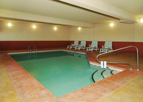 Comfort Suites Wichita: pool