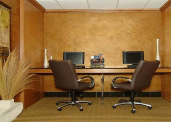 Comfort Suites Wichita: business center
