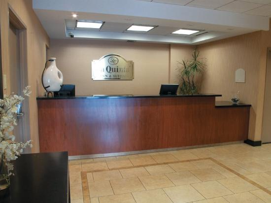 La Quinta Inn & Suites Thousand Oaks Newbury Park: Front Desk