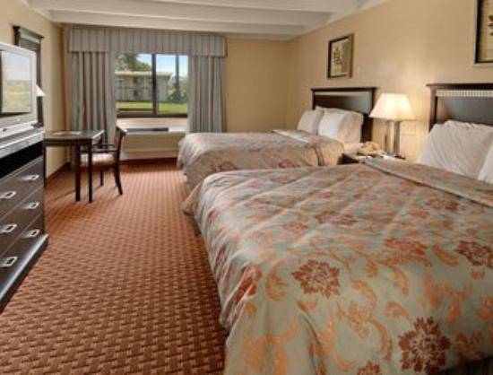 Days Inn Bloomington: Standard Two Queen Bed Room
