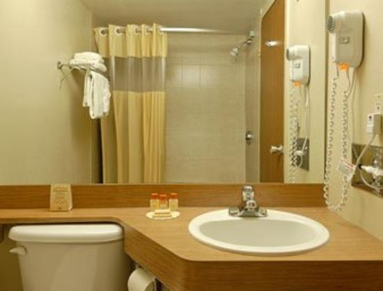 Days Inn Bloomington: Bathroom