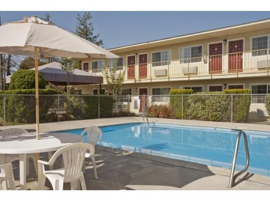 Midwest hotel in burbank il hotel reviews tripadvisor for Burbank swimming pool illinois