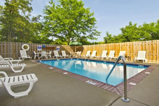 Studio Plus Deluxe Studios - St. Louis - Airport: Swimming Pool