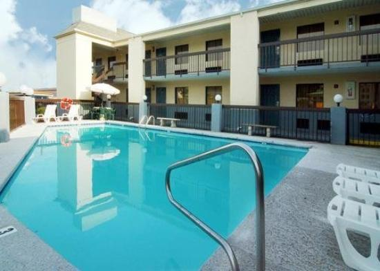 Econo Lodge &amp; Suites: Pool