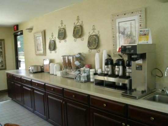 Econo Lodge Airport: Breakfast area
