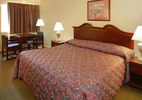 Econo Lodge North: Guest Room -OpenTravel Alliance - Guest Room-
