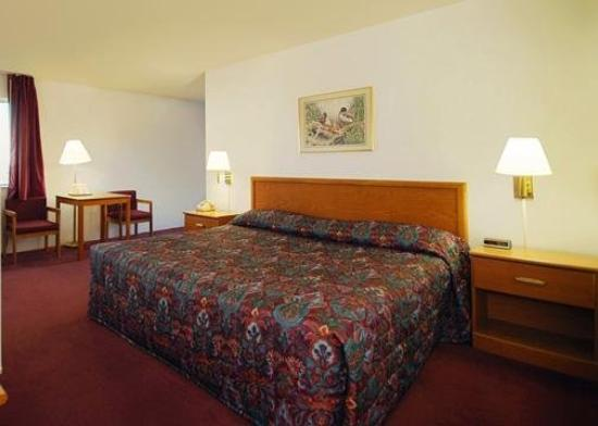 Budget Host Inn & Suites: Room