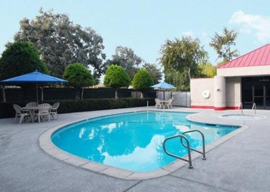 Econo Lodge Ontario Airport: Pool