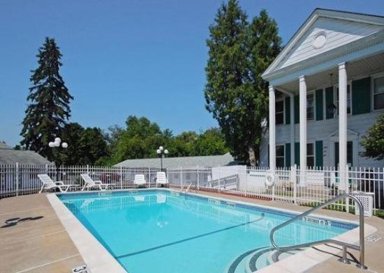 Econo Lodge Inn & Suites Downtown: Pool