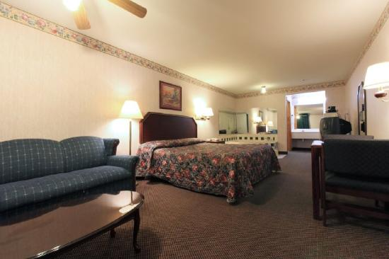 Americas Best Value Inn & Suites-Glen Allen/Richmond: King Bed Jacuzzi Suite