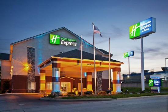 Holiday Inn Express Harrison: Hotel Entrance at Night