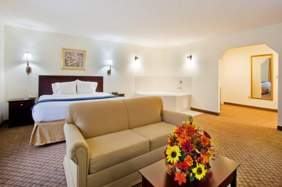 Holiday Inn Express Dillard: Suíte com hidromassagem