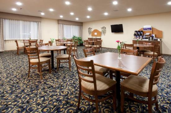 Holiday Inn Express Torrington: Área de café da manhã
