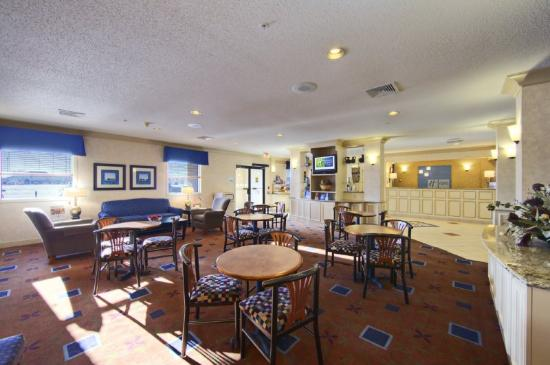 Holiday Inn Express Fargo - West Acres: Reception