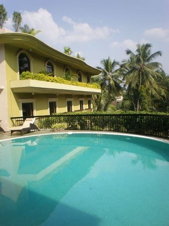 Neelam Hotels - The Glitz Goa: The rooms overlooking the pool