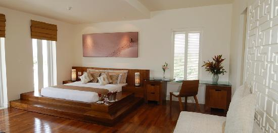 Princess D'An Nam Resort & Spa: Empress Villa podium bed