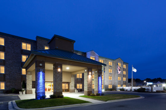 Holiday Inn Express Bethany Beach: Night Exterior