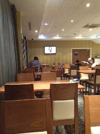 Holiday Inn Express Liverpool-John Lennon Airport: Bar & Dining Area