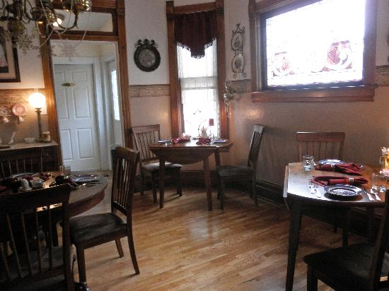 Lennox House Bed and Breakfast: Dining area.