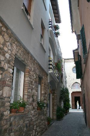 Pin pictures of meuble adriana sirmione guesthouse photos for Meuble adriana sirmione italy