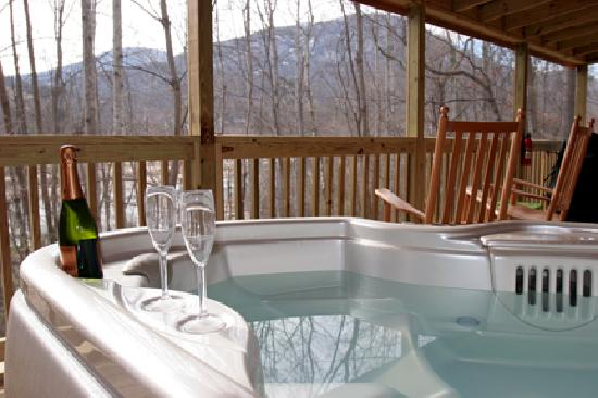 Pine Gables Cabins: Hot Tub