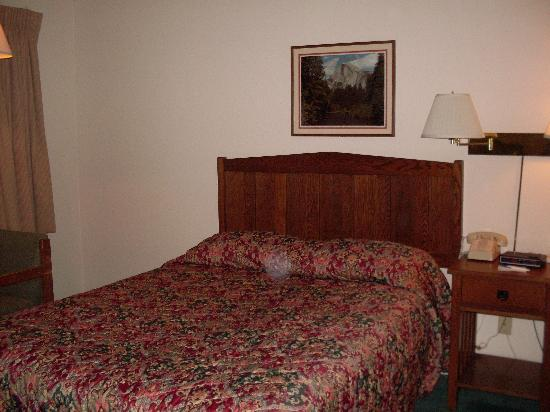 Mariposa Lodge: Queen bed