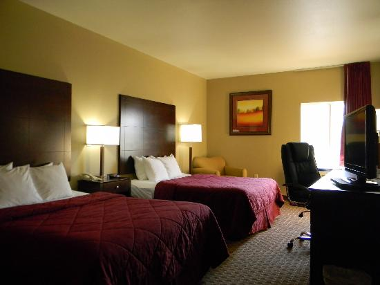 Quality Inn Pensacola - Pine Forest: Deluxe Double Queens With Lounge Chair