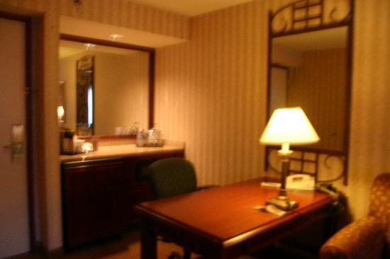 Sheraton Suites Orlando Airport: Desk Area with Fridge and Microwave (in living room)