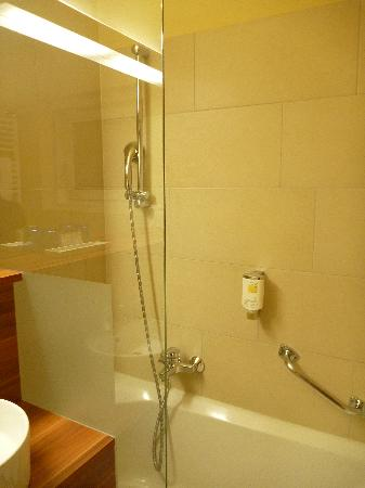 Hotel Astoria Salzburg: Shower and bathtu