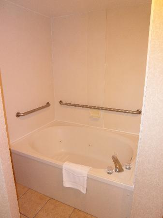Hampton Inn Roanoke/Salem: Jacuzzi tub