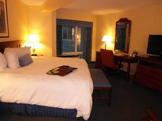 Hampton Inn Roanoke/Salem: A view of the spacious room from the bathroom