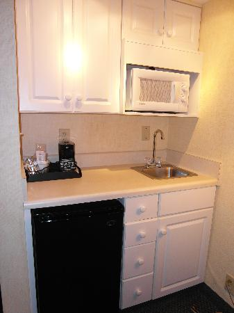 Hampton Inn Roanoke/Salem: Near the door was a bar with fridge, microwave, etc.-- very nice!