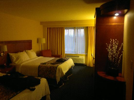 Courtyard by Marriott Los Angeles Westside: Room with 2 queen beds