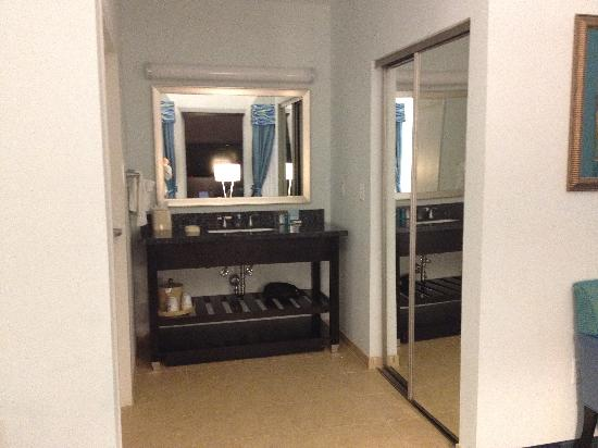 Hampton Inn & Suites Dallas / Lewisville - Vista Ridge Mall: The vanity outside of the bathroom